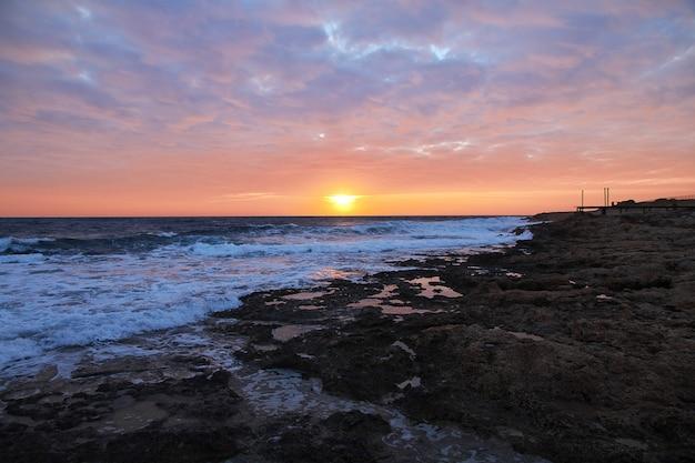 Zmierzch na nadbrzeżu w paphos, cypr