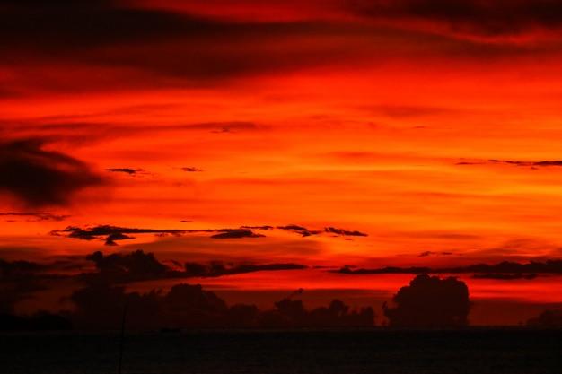 Zmierzch na ostatniej lekkiej niebo sylwetki chmurze w wieczór