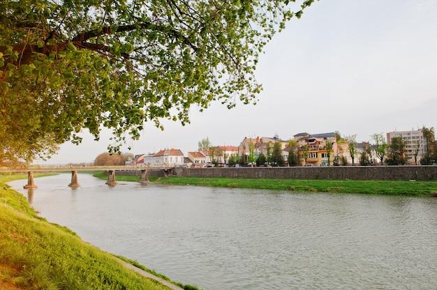 Zmierzch na rzecznym uzh przy miastem uzhgorod, widok most. zakarpacie, ukraina europa