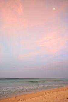 Zmierzch nad pustyni plażą przy nilaveli, sri lanka