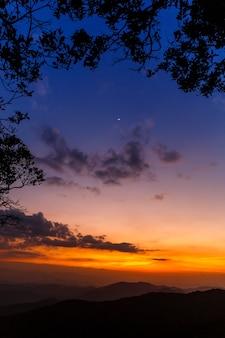 Zmierzch niebo z ciemną chmurą o zachodzie słońca