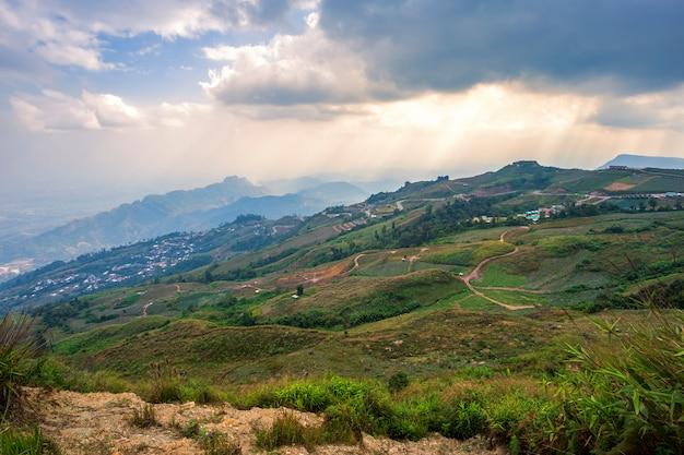 Zmierzch panoramicznego widoku pasmo górskie z wioską na naturze wlec w phu thap buek parku narodowym w phetchabun, tajlandia.