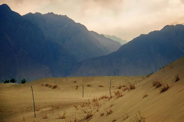 Zmierzch po piaska burzy przy zimno pustynią z góry warstwą behind.