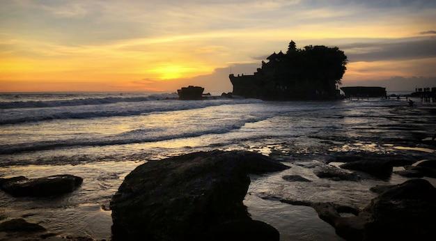 Zmierzch przy bali sławnym świątynnym tanah udziałem, indonezja