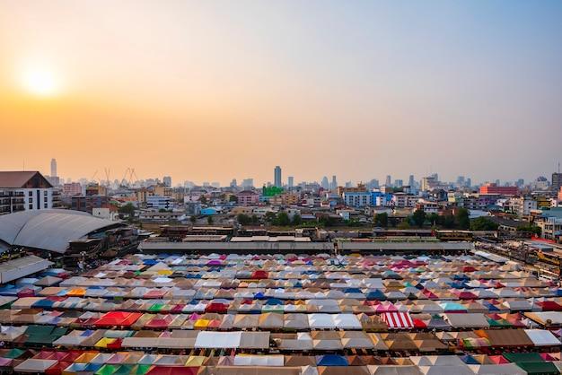 Zmierzch przy taborowym noc rynkiem ratchada w bangkok, tajlandia.