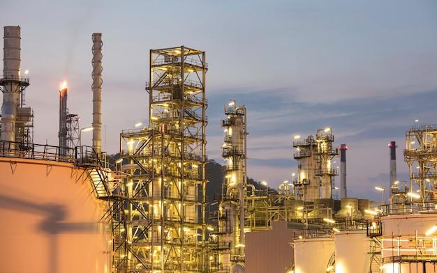 Zmierzch scena rafinerii ropy naftowej w zbiorniku i kolumny wieży przemysłu petrochemicznego podczas budowy placu budowy