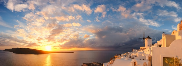 Zmierzch w oia wiosce na santorini wyspie, grecja