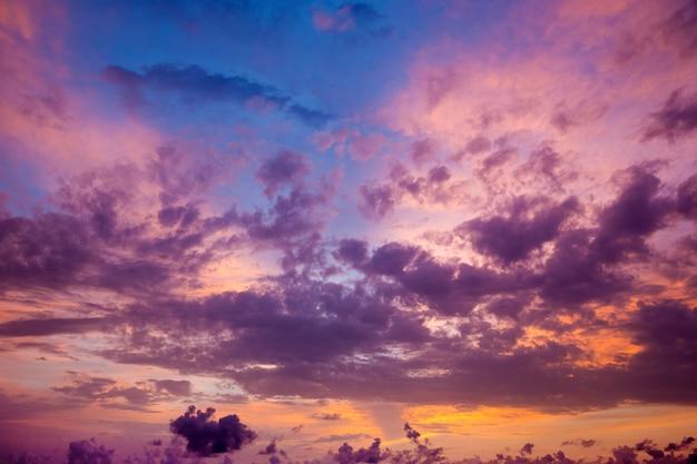 Zmierzch z promieniami słońca, niebo z chmurami i słońce.