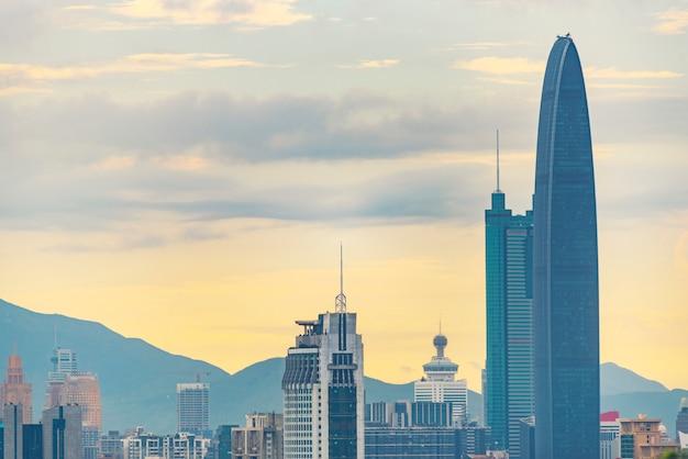 Zmierzch z wysokimi budynkami w mieście shenzhen, chiny