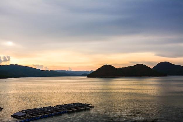 Zmierzch zbiornika tamy srinakarin prowincja kanjanaburi tajlandia