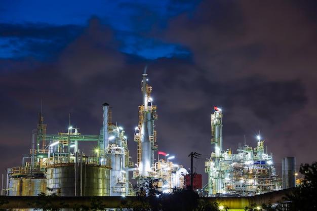 Zmierzchowa chmura słońca niebieska scena rafinerii ropy naftowej i olej kolumny wieżowej przemysłu petrochemicznego w czasie zmierzchu