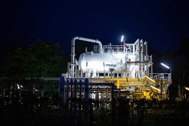 Zmierzchowa chmura słońca niebieska scena rurociągu rafinerii ropy naftowej i zbiornika oleju w czasie zmierzchu petrochemii