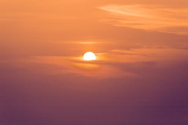 Zmierzchu horyzontu wody morskiej krajobraz. panorama horyzontu morskiego słońca