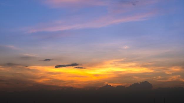 Zmierzchu nieba tło w lecie