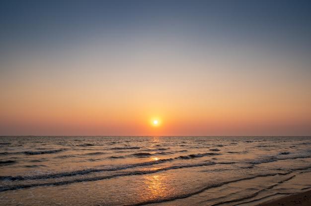 Zmierzchu niebo na plaży w tajlandia