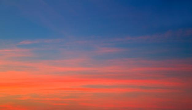 Zmierzchu niebo w czerwonym pomarańczowym i błękitnym tle