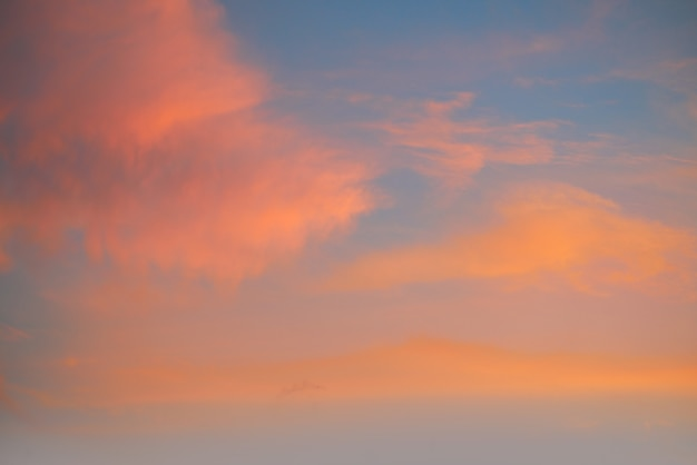 Zmierzchu niebo z pomarańczowymi złotymi chmurami