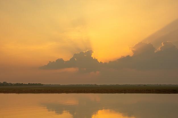 Zmierzchu światło słoneczne przez chmury tła