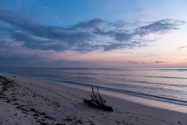 Zmierzchu widok przy tropikalną wyspą