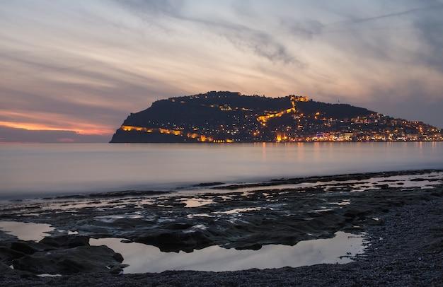 Zmierzchu widok schronienie, morze i forteca w alanya, turcja.