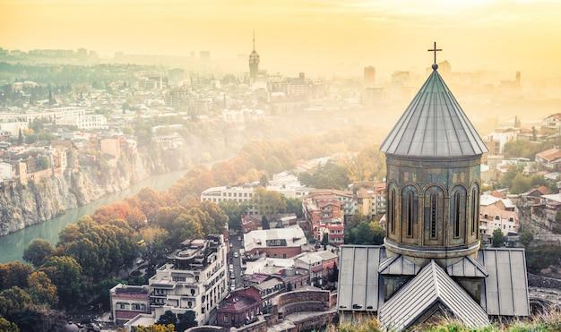 Zmierzchu widok tbilisi i świętego nicholas kościół od narikala