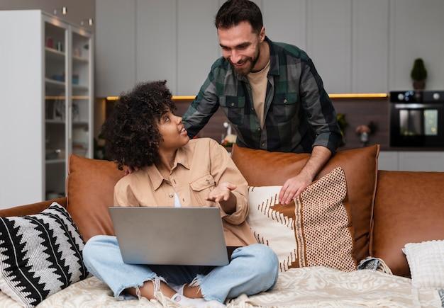 Zmieszana kobieta pokazuje coś na laptopie