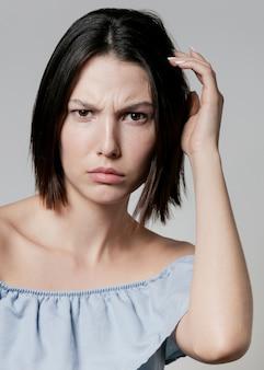 Zmieszana kobieta pozuje w wzburzenia wierzchołku