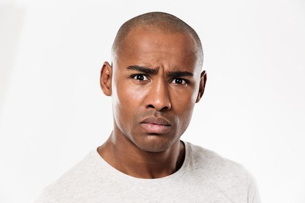 Zmieszana młoda afrykańska mężczyzna pozycja odizolowywająca