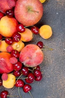 Zmieszane wiele różnych sezonowych owoców