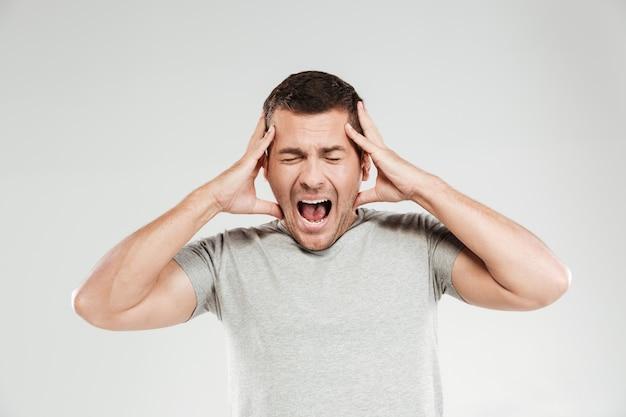 Zmieszany krzyczący mężczyzna