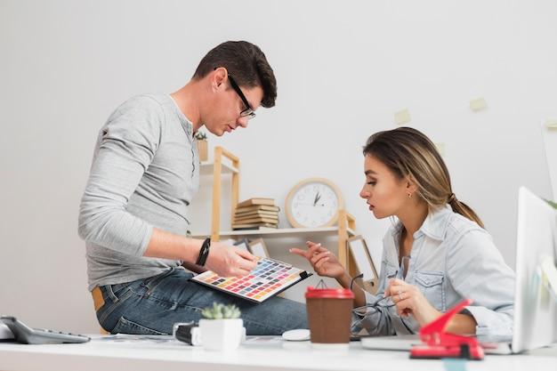 Zmieszany mężczyzna i kobieta, patrząc na wyniki firmy
