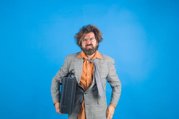 Zmieszany nauczyciel z przypadkiem. zdezorientowany nauczyciel. brodaty mężczyzna w garniturze. edukacja. powrót do szkoły. portret nauczyciela w garniturze. uczenie się.