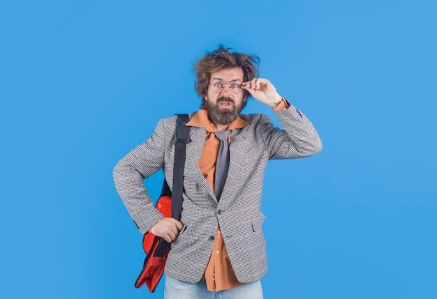 Zmieszany nauczyciel z przypadkiem. zdezorientowany nauczyciel. brodaty mężczyzna w garniturze. edukacja. powrót do szkoły. portret nauczyciela w garniturze.