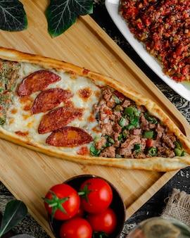 Zmieszany pide z mięsem, kiełbasą i warzywami