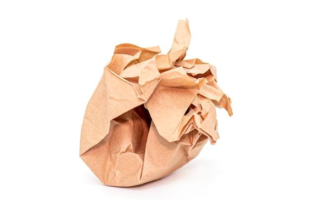 Zmięta brown papierowa piłka odizolowywająca