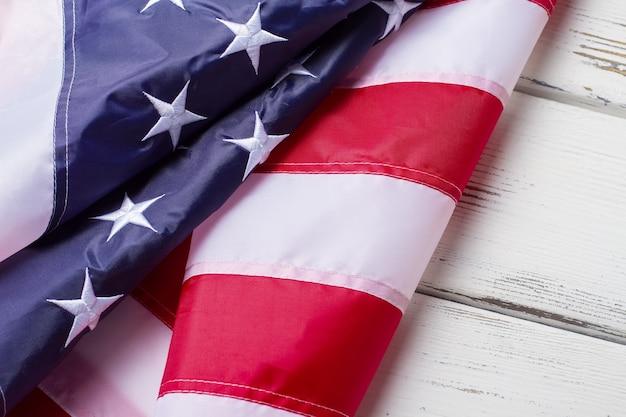 Zmięta flaga usa. baner na białym tle drewnianych. duma, wolność i demokracja. ojczyzna wielkich wynalazców.