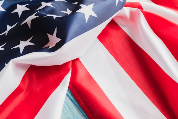 Zmięta flaga usa na powierzchni niebieski drewna