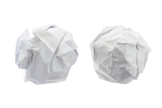 Zmięta papierowa piłka na odosobnionym na białym tle.