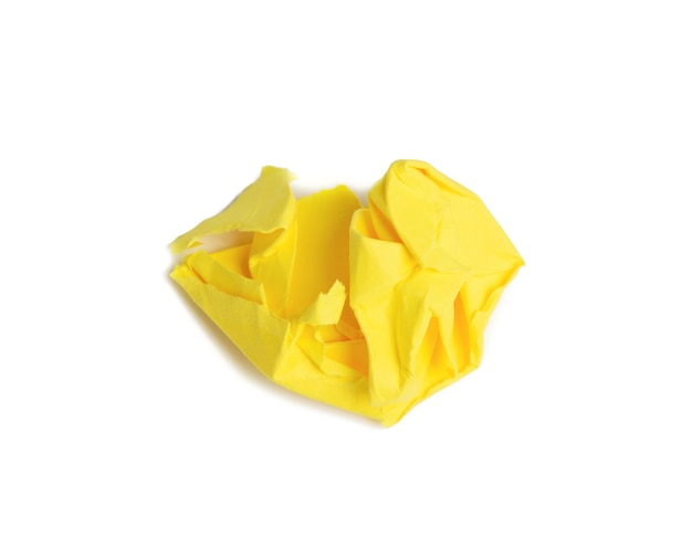 Zmięta piłka brązowego arkusza żółtego papieru na białym tle, element dla projektanta