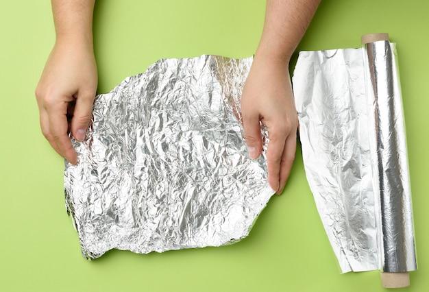 Zmięta srebrna folia na stole