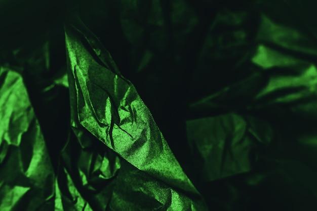 Zmięty błyszczący zielony i czarny papier tekstura streszczenie tło