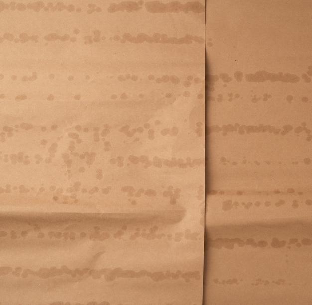 Zmięty brązowy arkusz papieru do pakowania towarów