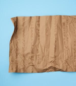 Zmięty brązowy arkusz papieru