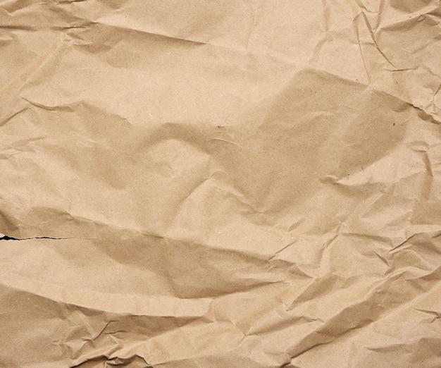 Zmięty i podarty brązowy kawałek papieru