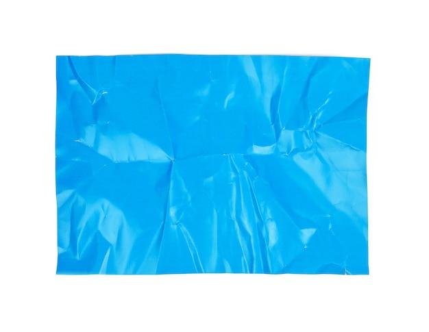 Zmięty niebieski karton papieru na białym tle na białym tle, widok z góry