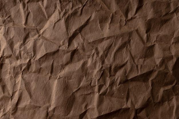 Zmięty papier. arkusz brązowego papieru kartonowego. szczegółowe tekstury w wysokiej rozdzielczości. abstrakcyjne tło dla tapety.
