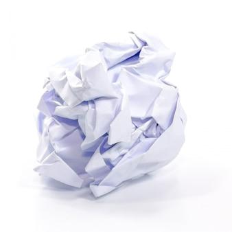 Zmięty papier na bielu odizolowywającym