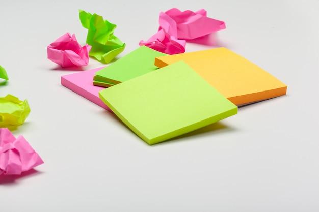 Zmięty papier na bielu stole burzy mózgów w biurowym pojęciu