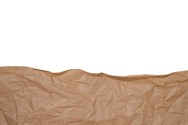 Zmięty papier rzemieślniczy brązowy na białym tle.