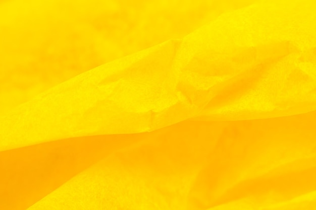Zmięty papier żółty tło.